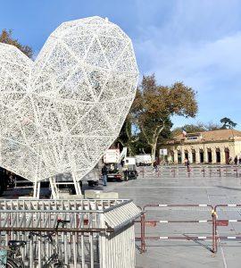 Montpellier : un coeur géant sur la Comédie pour Noël