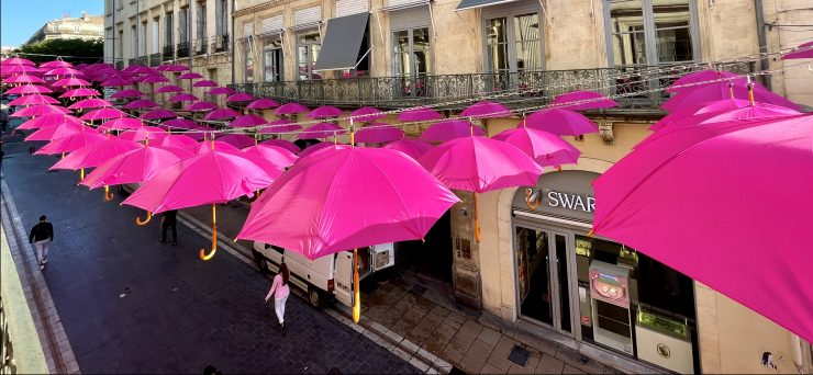 500 parapluies roses dans la rue de la Loge